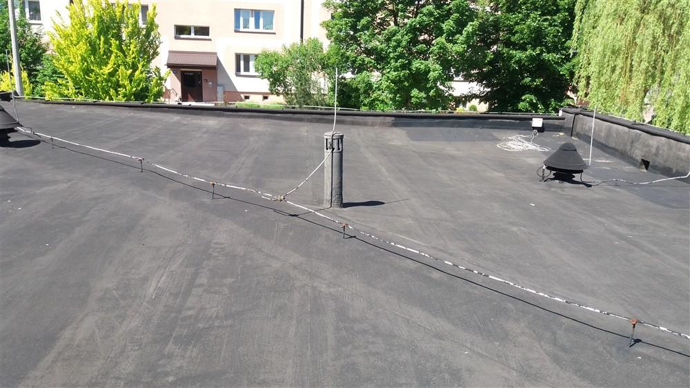 Uszkodzona membrana dachowa. Jak wykonać renowację dachu?